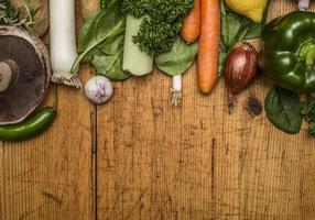 Champignons légumes d'automne fond rustique en bois vue de dessus gros photo