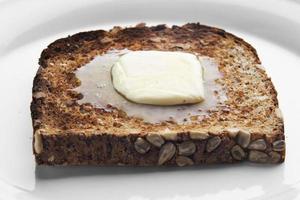 faire fondre du beurre sur du pain grillé photo