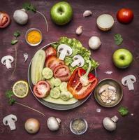 Concept ingrédients alimentaires végétariens fond en bois rustique vue de dessus photo