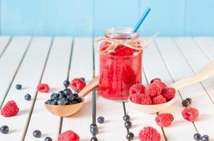 Alimentation saine petit-déjeuner riche en fibres alimentaires avec des myrtilles et des framboises photo