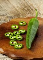 Poivron vert épicé sur une planche à découper en bois, mise au point sélective photo