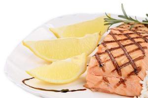 tranches de citron et filet de saumon.