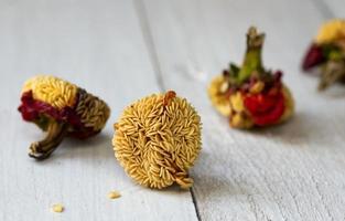 graines de paprika isolés sur fond de bois photo