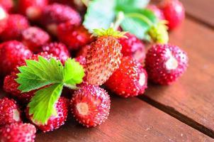 Gros plan de fraises sauvages sur table en bois photo