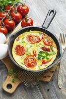 omelette aux légumes et au fromage. frittata photo