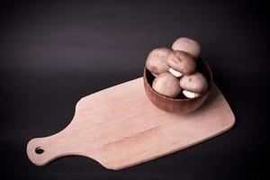 Champignon brun aux champignons sur planche de cuisson photo