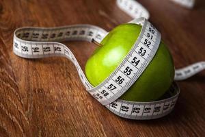 pomme verte fraîche sur une table en bois avec mesure photo
