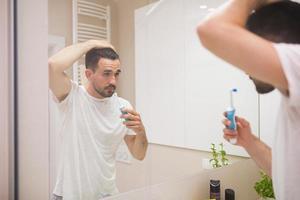 jeune homme, à, brosse à dents électrique