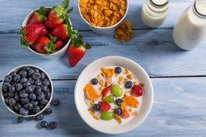 préparations pour flocons de maïs et fruits pour le petit-déjeuner photo