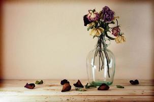 Nature morte avec des fleurs sur une table en bois sur fond grunge, photo