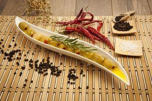 olives vertes à l'huile d'olive photo