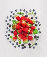 baies d'été: mûres, myrtilles, fraises, composition photo