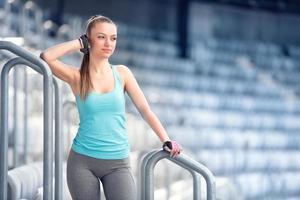 jeune femme au repos, préparation pour le marathon, le jogging et le concept de course photo