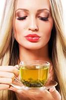belle femme avec une tasse de thé vert
