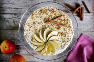 gâteau aux pommes avec glaçage à la crème au beurre et cannelle photo