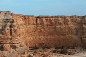 désert d'Israël et ciel orageux nuageux photo