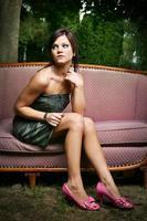 jeune femme en talons rose vif à l'extérieur