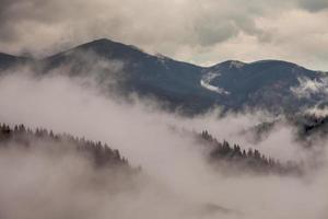réchauffement climatique. paysage de montagne. nuages et brouillard photo
