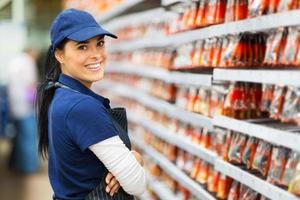 travailleur de magasin de matériel souriant photo