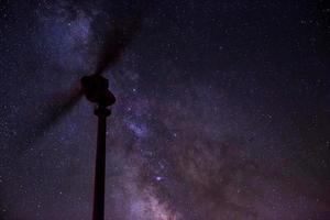 éolienne avec voie lactée photo