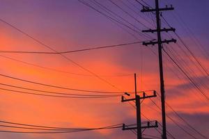 poste électrique en soirée