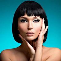 Portrait de la belle femme avec une coiffure bob photo