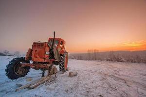tracteur cassé sur le terrain
