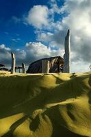 plage de sable doré dans une île des Caraïbes tôt le matin. photo