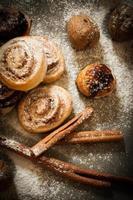 petits pains de pâte levée à la cannelle cuits à la maison photo