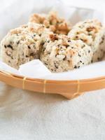 biscuits moelleux au sésame dans un panier