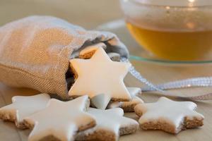 Biscuits de Noël et tasse à thé