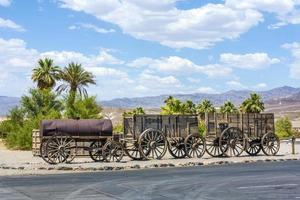 vieux wagons dans la vallée de la mort photo