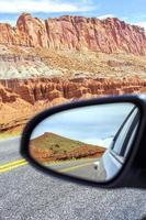 route dans un miroir, parc national de capitol reef, usa. photo