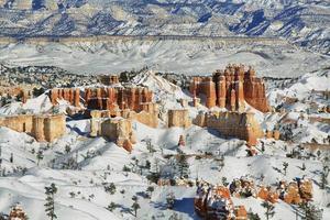 Panorama du canyon de Bryce avec de la neige en hiver photo