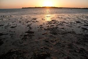 désert du sinai et plage de la mer avec sable et soleil et vagues photo
