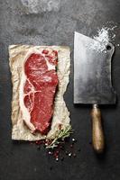 couperet vintage et steak de boeuf cru photo