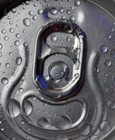 boisson froide en boîte avec des gouttes d'eau