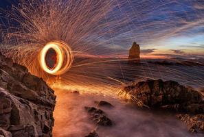 étincelles incandescentes de la laine d'acier filée photo