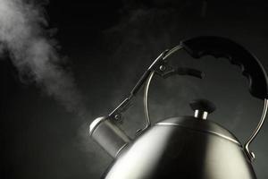 bouilloire à thé avec eau bouillante photo