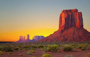 monument valley, usa lever de soleil coloré