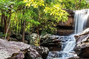 cascade tropicale dans la forêt tropicale photo