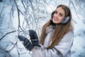 heureuse belle femme dans la forêt d'hiver photo