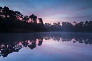 Lever du soleil d'automne sur le lac wold en forêt photo