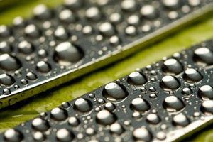 gouttes d'eau sur la surface en acier des couteaux de table photo