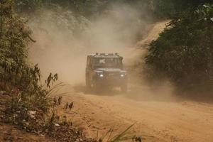 Véhicule SUV hors route en forêt photo