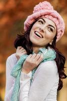 jeune femme, à, forêt automne