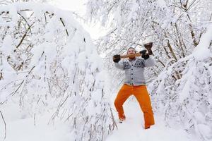 bûcheron dans la forêt d'hiver enneigée photo