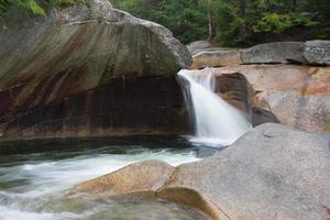 franconia notch -basin dans la rivière pemigewasset photo