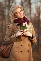 jeune femme, à, a, fleurs, dans, forêt automne