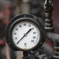 Gros plan de la jauge de pression de moteur à vapeur antique